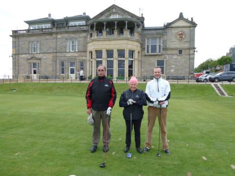 Golfeurs au départ sur le parcours du Old Course