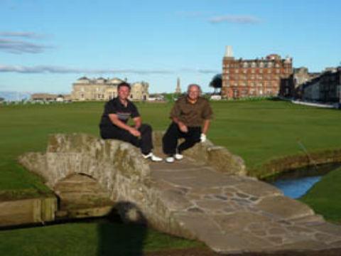 deux amis golfeurs us rl ecelèbre pont du Old Course