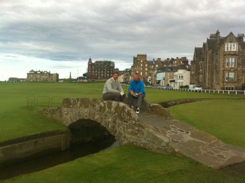 Deux amis golfeurs sur le pont du Old Course à St Andrews