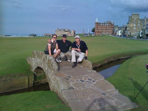 Groupe de 3 golfeurs sur le pont du Old course à St Andrews
