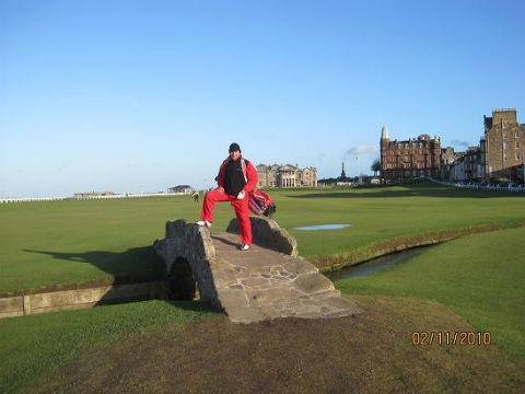 Golfeur sur le célèbre pont du Old course à St Andrews