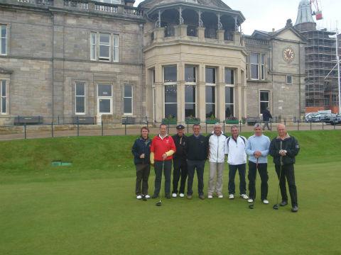 Groupe de golfeurs devant le Royal&Ancient lors d'un séjour de golf en Ecosse