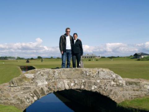 Couple de golfeurs sur le pont du Old Course