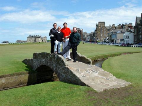 Groupe de 4 amis golfeurs sur le old course de St Andrews