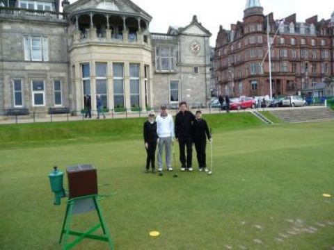 Golfeurs au départ du Old Course devant le Royal & Ancient