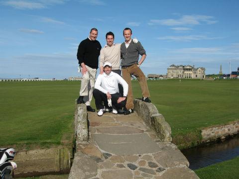 Groupe de golfeurs sur le célèbre pont du Old Course à St Andrews