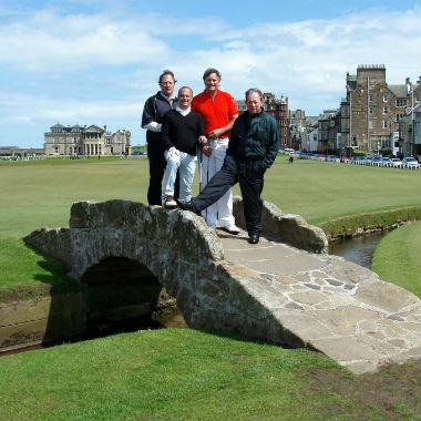 Groupe de golfeurs sur le Swilcan bridge du célèbre Old Course a St Andrews