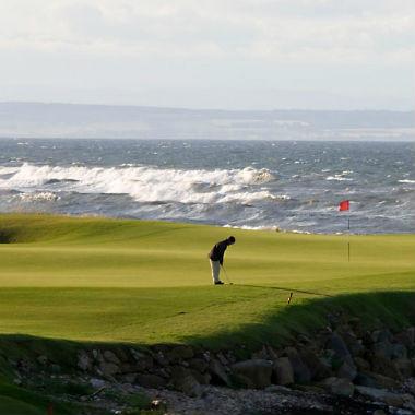 Golfeur au putting sur le parcours de Kingsbarns