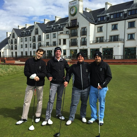 Groupe de golfeur au départ d'un parcours en Ecosse