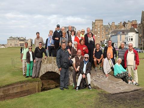 Groupe de 30 golfeurs posant sur le célèbre pont du Old Course à St Andrews
