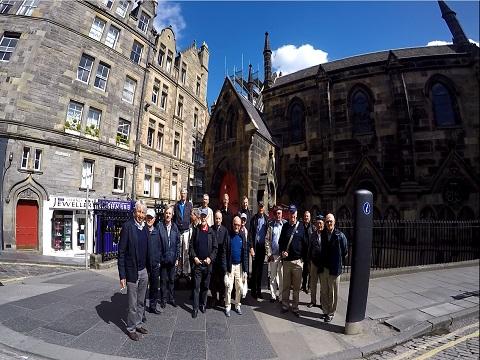 Groupe de 32 personnes lors d'une visite à Edimbourg