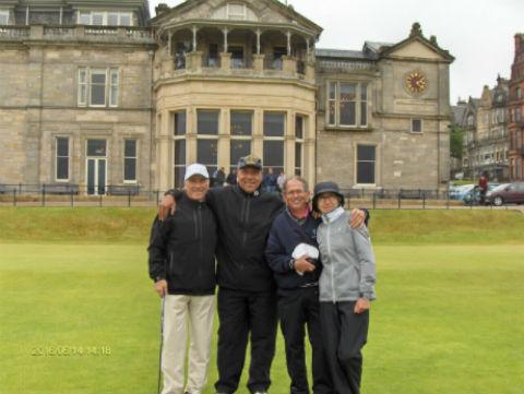 4 golfeurs au départ du Old Course