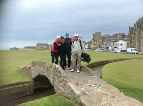 4 golfeurs sur le fameux ponts de st Andrews